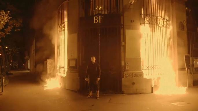Performer russo coloca Banco de França em chamas