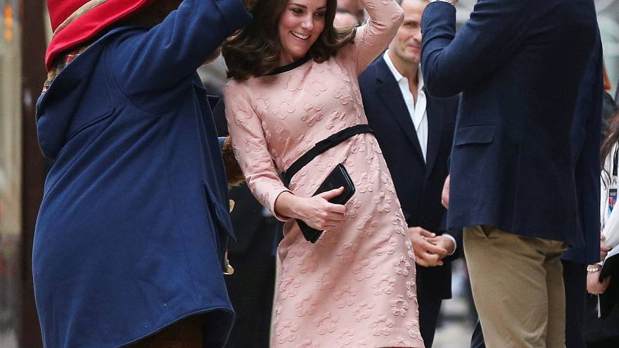 Kate Middleton dança com urso Paddington e William fica a olhar