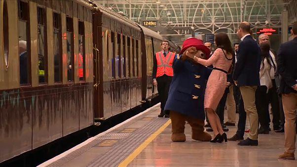 شاهد: الأميرة كيت تراقص دبا بمحطة قطارات