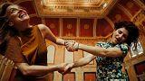 «Οι Κόρες»: Η Αθήνα και η ιστορία της μέσα από τα μάτια δύο κοριτσιών