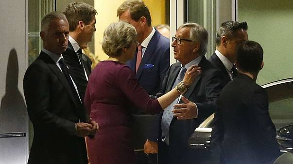 May e Juncker falam do divórcio à mesa