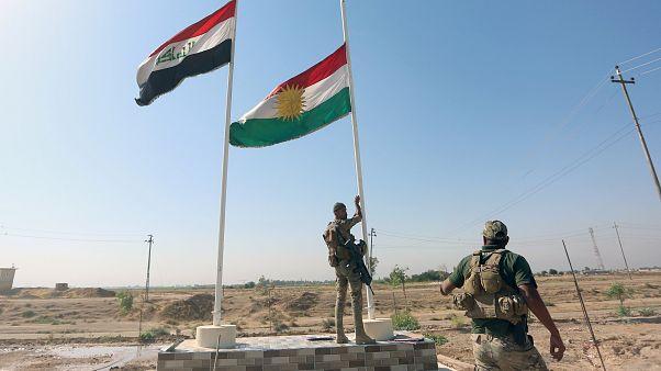 شاهد لحظة انزال القوات العراقية للعلم الكردي من فوق مبنى محافظة كركوك