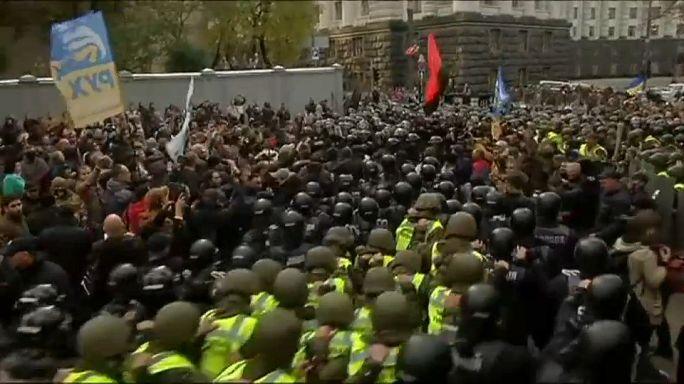 Ucraina: scontri davanti al palramento di Kiev