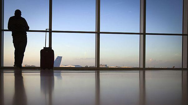 Belecipzárazta magát a bőröndbe, hogy kifoszthassa a turistákat
