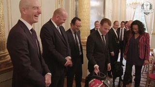 Capitães da Ryder Cup oferecem saco de golfe a Macron