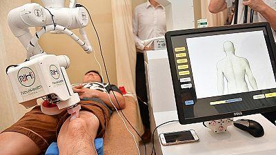 La robot-masseuse Emma fait ses preuves à Singapour
