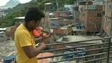 شاهد: آلة كمان قديمة تغير مسار حياة شاب برازيلي