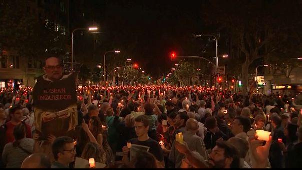"""الأزمة الكاتالونية تتصاعد: مظاهرات غضب في برشلونة والحكومة تؤكد أن لا تراجع عن """"الاستقلال"""""""