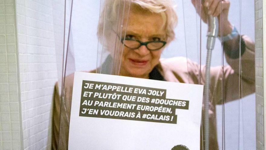 Fransız milletvekilleri göçmenler için duş altında