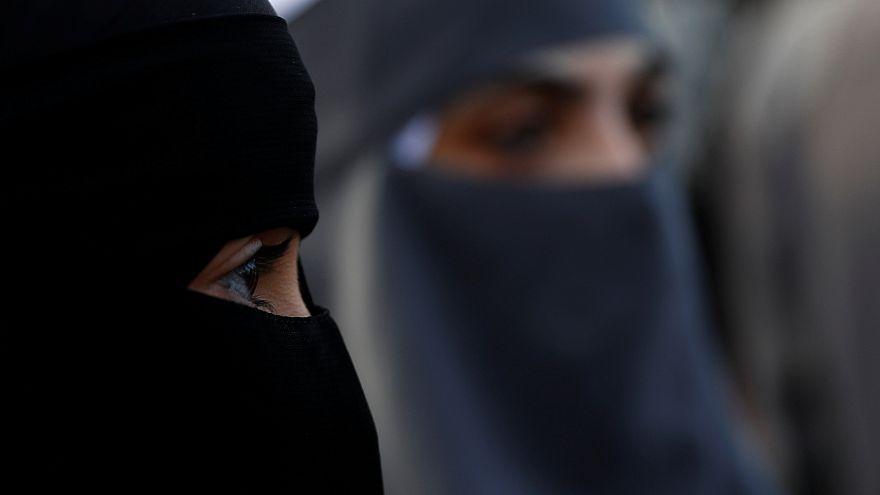 برلمان مقاطعة كيبيك يصدق على قانون يمنع ارتداء النقاب في المصالح الحكومية