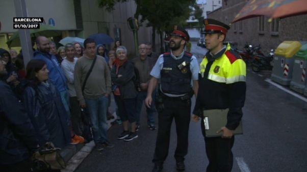 Vídeo: la intervención de dos Mossos el 1-O que se ha vuelto viral