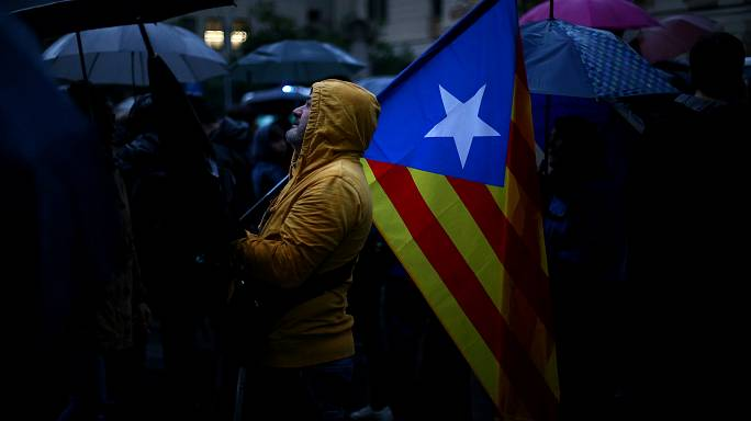 Spain: Politicians take sides over Catalonia crisis
