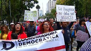 Los mexicanos salen a la calle un mes después del seísmo