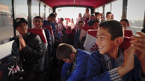 Refugiados afegãos sentam-se nos bancos das escolas iranianas