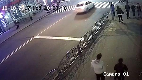 Συγκλονιστικό βίντεο-αυτοκίνητο πέφτει με ταχύτητα επάνω σε πεζούς-σκληρές εικόνες