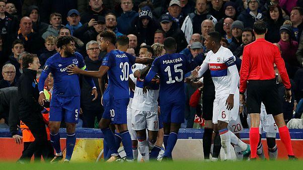 Kucağında çocuğuyla UEFA maçında futbolcu dövdü
