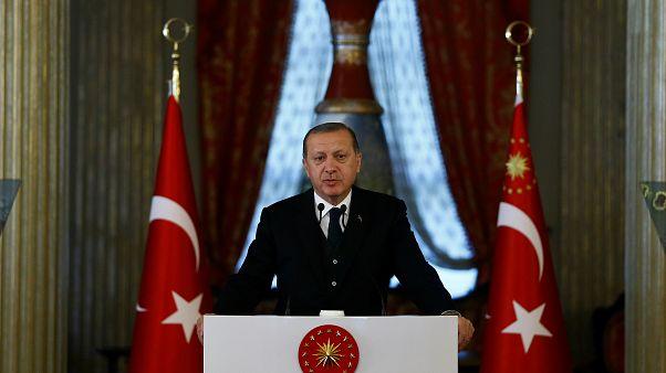إردوغان يدعو الدول الثماني النامية لتنفيذ التعاملات التجارية بينها بالعملات المحلية