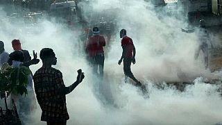 La police togolaise tire des gaz lacrymogène pendant les manifestations anti-gouvernementales [no comment]