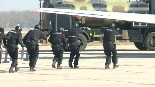 Évfordulós katonai parádé Szerbiában