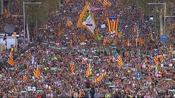 Barcellona risponde a Madrid scatenando la piazza
