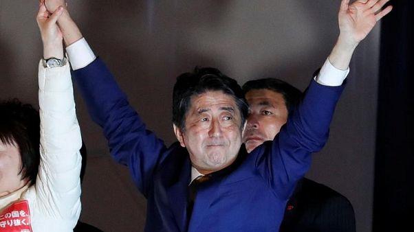 انتخابات زودهنگام ژاپن همزمان با رسیدن طوفان شدید آغاز شد