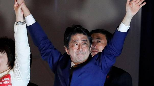 اليابانيون يدلون بأصواتهم في انتخابات مصيرية لرئيس الوزراء
