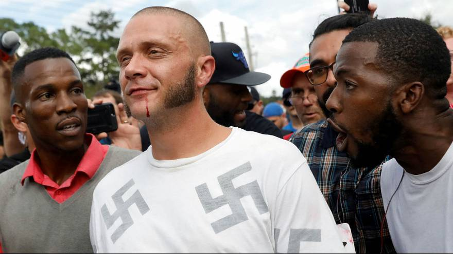 بالفيديو: لماذا يعانق رجل أسود البشرة احد المنتمين للنازيين الجدد في مظاهرة مناهضة للفاشية؟