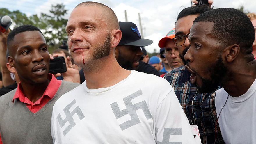 Il momento in cui un uomo di colore ha abbracciato un neonazista