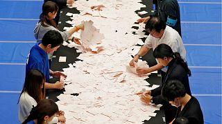التحالف الحاكم بزعامة آبي يتجه للفوز في الانتخابات العامة باليابان