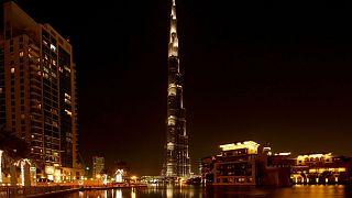 محكمة اماراتية تقضي بحبس سائح بريطاني ثلاثة أشهر بتهمة ارتكاب فعل فاضح