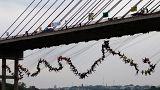 Bungee-Weltrekord: 245 Menschen springen gleichzeitig von der Brücke