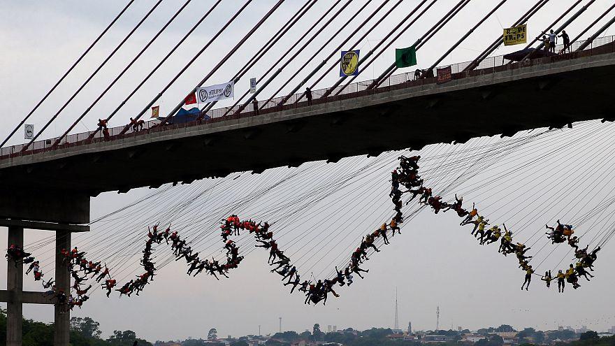 Egyszerre ugrott egy hídról 245 kalandor