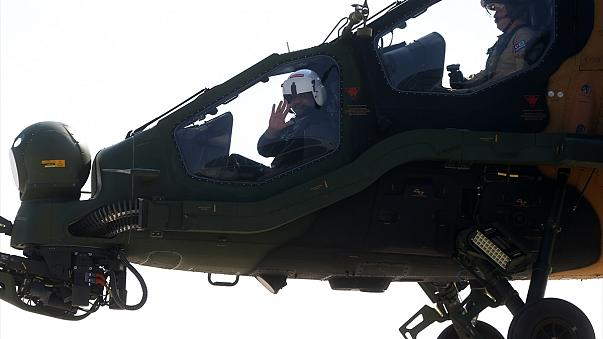 Pakistan Başbakanı Abbasi Atak helikopterini inceledi