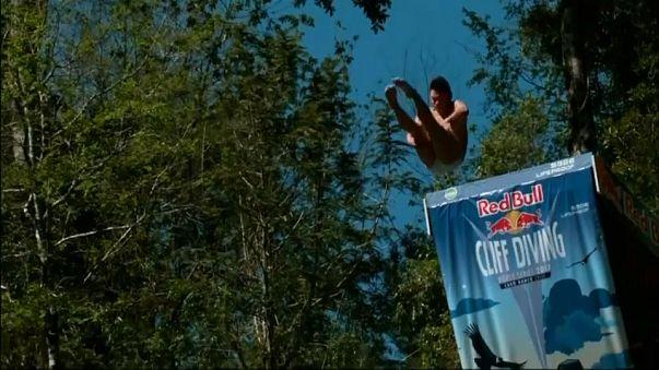 El mexicano Jonathan Paredes, campeón de la Red Bull de clavados