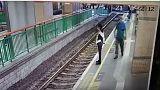 بالفيديو: رجل يدفع سيدة من على رصيف السكة الحديدية
