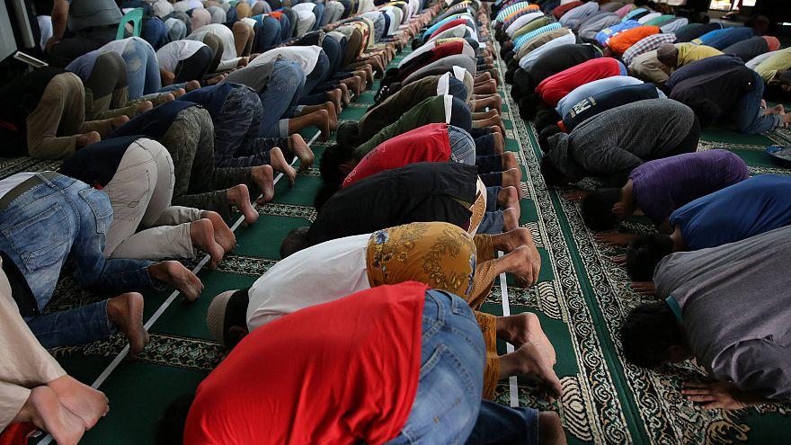 امارات؛ توقف در حاشیه جاده برای اقامه نماز ممنوع شد