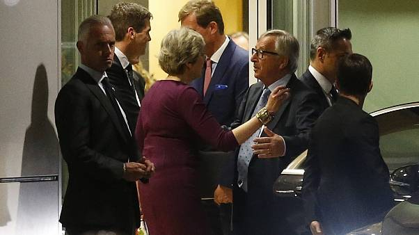 "Theresa May, ""à deux doigts de perdre son sang froid"" ? Juncker dément"