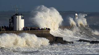 موجة عاتية تضرب سفينة لنقل البترول في إيرلندا