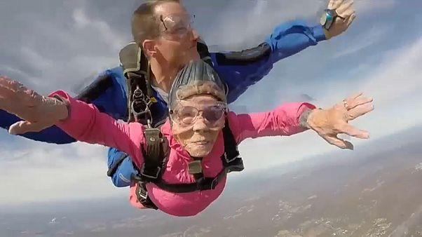 Mutige Granny (94) wagt Fallschirmsprung