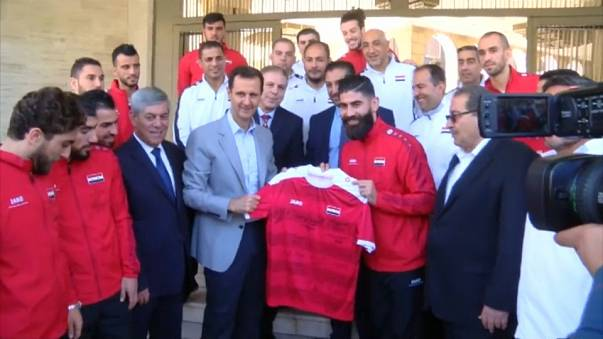الأسد يلتقي في دمشق بلاعبي كرة قدم كانا من المعارضة