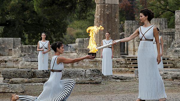 Συγκίνηση κατά την επίσημη τελετή της αφής της Ολυμπιακής Φλόγας