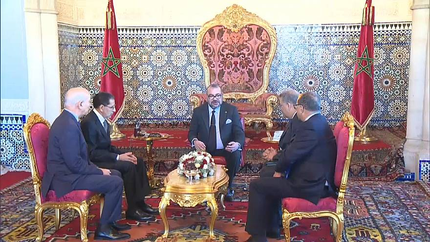 العاهل المغربي يقيل وزراء ومسؤولين لتقصيرهم في تنمية الحسيمة