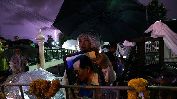 Eltemetik a thai uralkodót