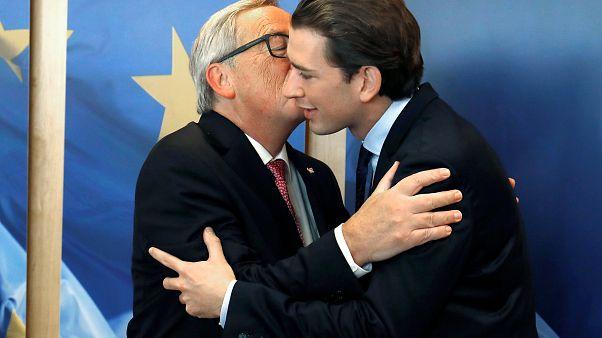 يونكر يطبع قبلة محرجة على خدّ المستشار النمساوي المقبِل