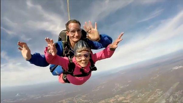 Una mujer se regala un salto en paracaídas en su 94 cumpleaños