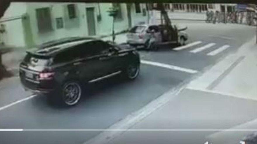 بالفيديو: حارس مرمى البرازيل يتعرض لسطو مسلح في وضح النهار
