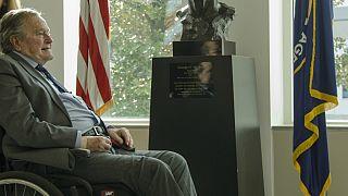 جورج بوش پدر در پاسخ به اتهام آزار جنسی بازیگر زن عذرخواهی کرد