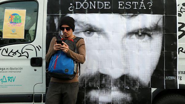 غرامة لمن يستخدم الهاتف النقال أثناء عبور الشارع