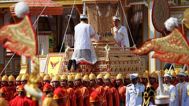 عشرات الآلاف يحتشدون في العاصمة التايلاندية لحضور جنازة الملك الراحل