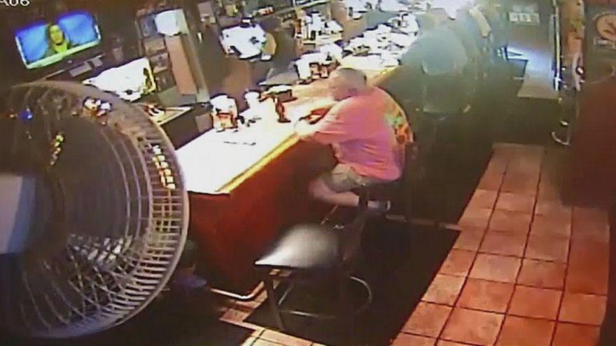 """بالفيديو: سيارة """"مجنونة"""" تقتحم مطعما خلال فترة الغذاء"""